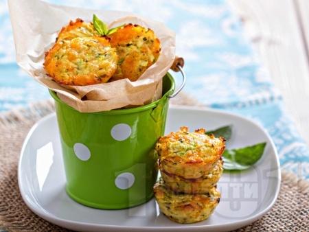 Хапки от тиквички със сирене чедър и пармезан във формички за мъфини - снимка на рецептата